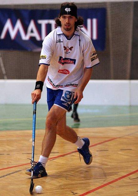 Štěpán Motejzík trénuje českolipské florbalisty, za ty mladoboleslavské hraje.
