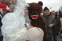 Masopustní veselí ovládlo v neděli mimoňské náměstí. Hojný počet návštěvníků neodradilo ani sněžení a přišli si užít atrakce, hudbu, zabíjačkové hody i další pochoutky.