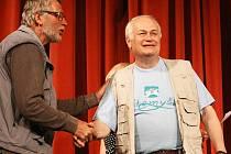Z rukou poroty Mikiho Vika (vpravo) přebírá hlavní ocenění Pavel Trdla, šéf souboru Mladá scéna Ústí nad Labem.