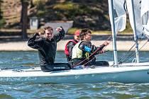 Šest mladých jachtařských reprezentantů z SCM Laser se sešlo k tréninku na Máchově jezeře.