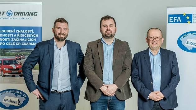 Aleš Horčička, na snímku uprostřed. Vpravo nový místopředseda pro legislativu Ondřej Horázný, a zleva místopředseda pro vzdělávání Jiří Novotný z Železného Brodu.