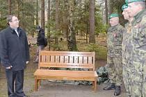 Odhalením speciální lavičky a vzpomínkovým aktem na Lesním hřbitově si Den válečných veteránů. připomněli také v Novém Boru.