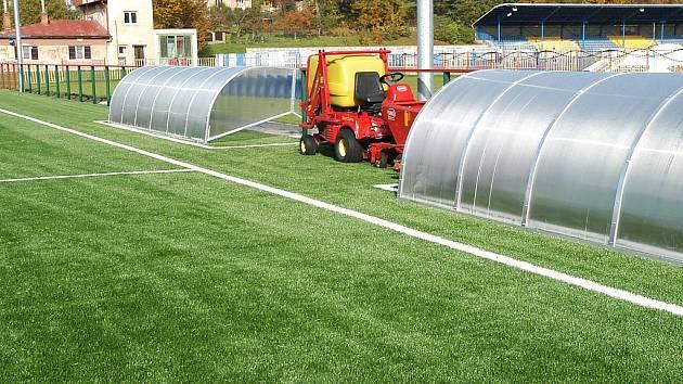 Mimo trvale zeleného hřiště získali fotbalisté i nové střídačky, zábradlí i osvětlení, aby mohli trénovat i ve večerních hodinách.