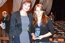 Na snímku ředitelka českolipské Euroškoly Kašparová s Kateřinou Růžičkovou.