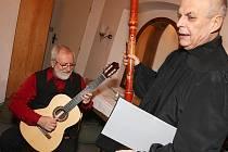 Příjemným tónům naslouchaly desítky lidí, kteří si nenechali ujít již tradiční vánoční kytarový recitál Štěpána Raka v českolipském muzeu.