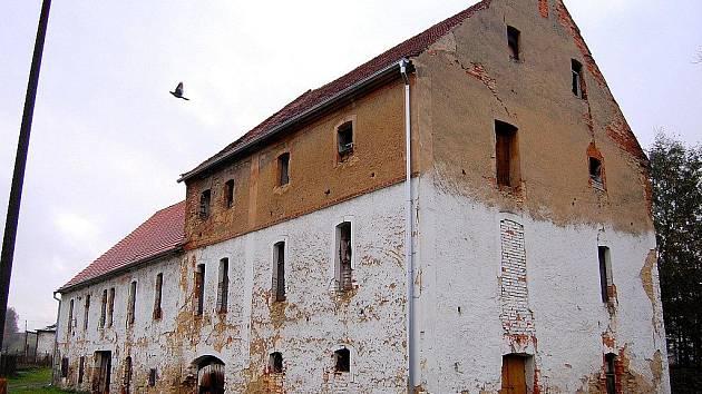 Sušárna chmele v Dubé. Na stavbě jsou cenné zejména dvě kruhovité věže, které jsou svým tvarem v Čechách neobvyklé a připomínají podobná zařízení v Anglii nebo Francii.