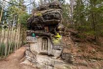 Součástí pískovcových skalních věží je i krásný skalní reliéf Krista po bičování.