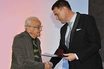 Hejtman Martin Půta předává ocenění Renému Roubíčkovi.