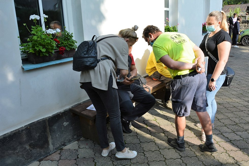 Mobilní očkovací tým Zdravotnické záchranné služby Libereckého kraje u českolipského Domu humanity.