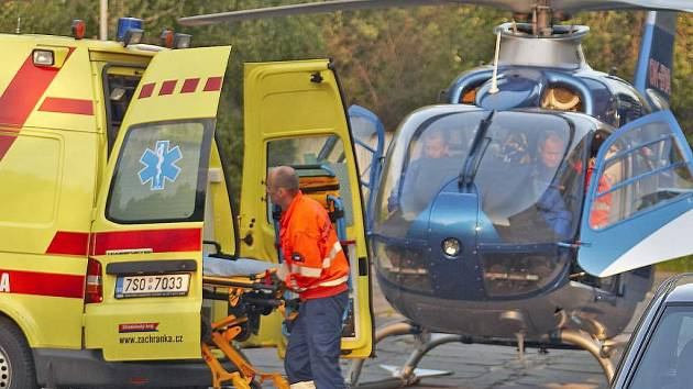 Od dvou nehod musel zraněné odvézt vrtulník.