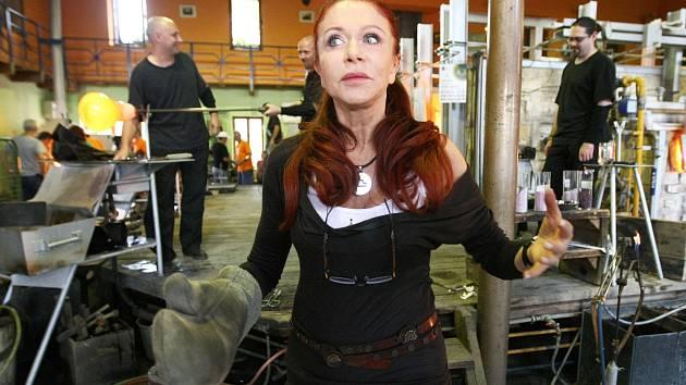 Blanka Matragi v lindavské sklárně Ajeto, kde tvořila už během sklářského sympozia v roce 2012.
