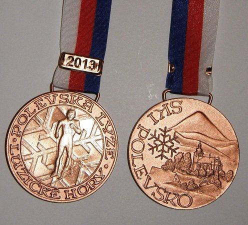 Unikátní kovové medaile Polevské lyže navrhl a vyhotovil známý kovorytec a brusič skla Arno Čančík zNového Boru.