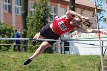 Lucie Vaníčková  při  skoku o tyči.