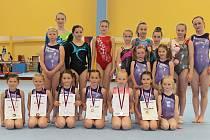 Osmnáct gymnastek z Doks před závody starších kategorií.