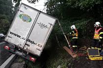 V České Lípě havarovalo nákladní auto. Z příkopu mu pomáhali hasiči