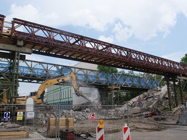 Těžké stroje o víkendu rozebraly druhou polovinu mostu.