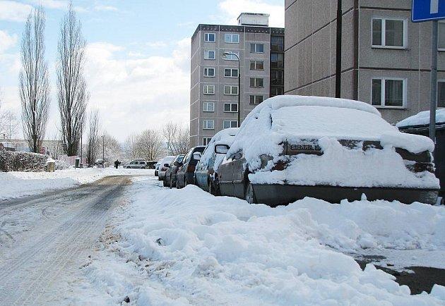 Velký sypač tudy neprojede. Ani to není důvod k odtažení zaparkovaných vozů. Podle pravidel silničního provozu automobily provozu na silnici nebrání a navíc jiné parkoviště tu není.
