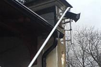 Jak je patrné ze snímku, zloději museli nejprve ohnout vysoký stožár, aby ukradli kameru.