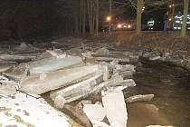 Lžící bagru rozbíjel místní živnostník ze Zákup kry, aby mohla voda volně téct.