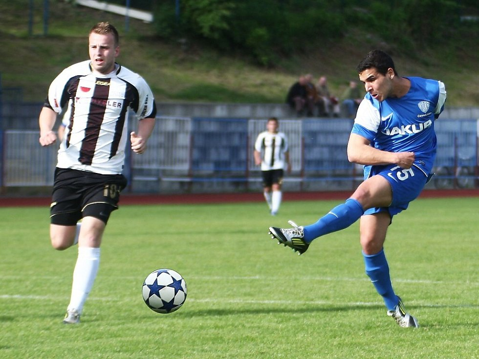 Česká Lípa - Semily 2:4. Šance domácího Červeňáka (v modrém) za stavu 0:1 skončila vedle branky.