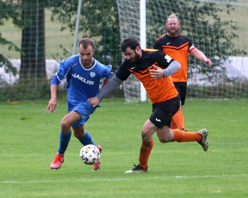 Skalice B (oranžové dresy) - Arsenal B 3:1. Ješeta v souboji s Danielem.