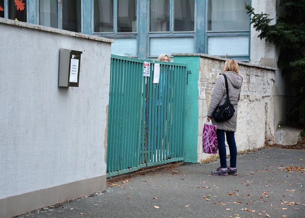 Každý všední den zde kolem půl osmé ráno proudí zástupy dětí. Ve středu ale zůstala brána do areálu základní školy na sídlišti Sever v České Lípě uzamčena.