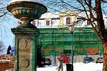 V minulých letech tak byla provedena odborná údržba cenné sochy svatého Šebestiána z roku 1740 a městské kašny z poloviny devatenáctého století (na snímku vpopředí).