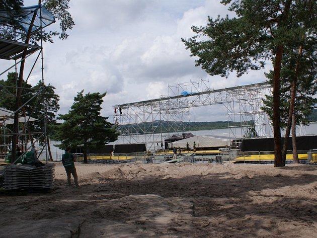 Stavba hlavního podia festivalu Mácháč 2016.