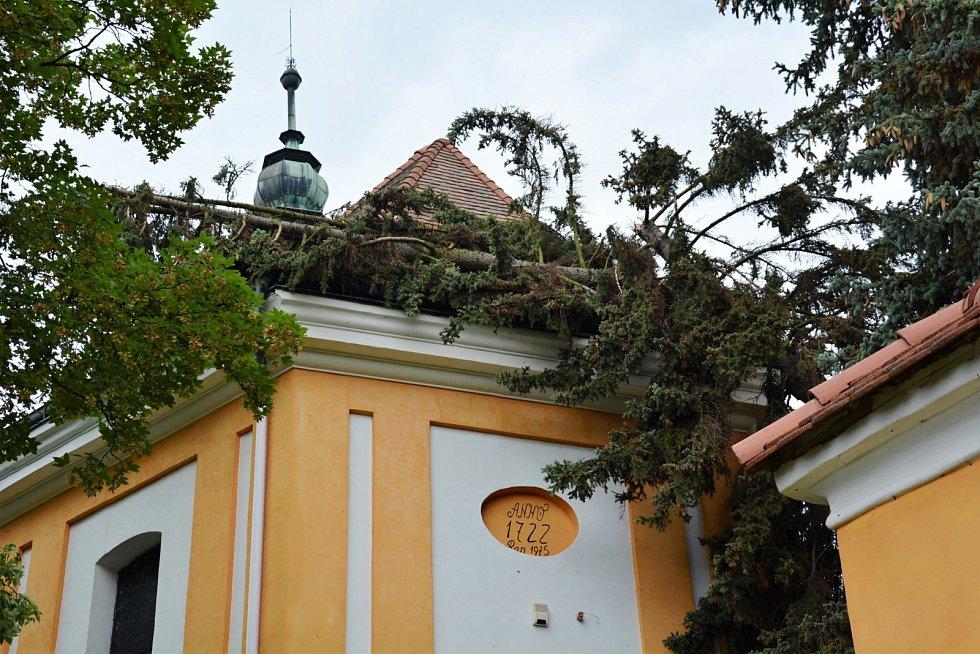 Na jihovýchodní stranu střechy barokního kostela sv. Anny ve Skalici u České Lípy spadla během sobotní bouřky koruna vzrostlého stříbrného smrku. Kmen zůstává opřen o kostel.