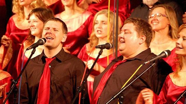 Členové gospelového souboru Marantha z Prahy vybrali mezi sebou dva tisíce korun na podporu rodiny Vlkavcových.