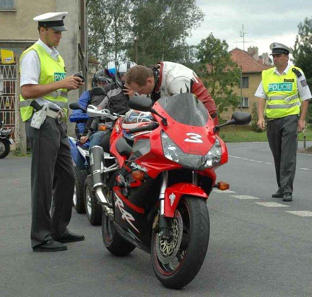 Policisté se při kontrolách zaměřili na motorkáře.