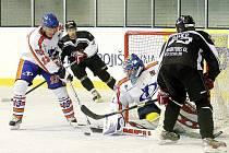 Bauer bojuje s golmanem Volkem a Kolbabou.
