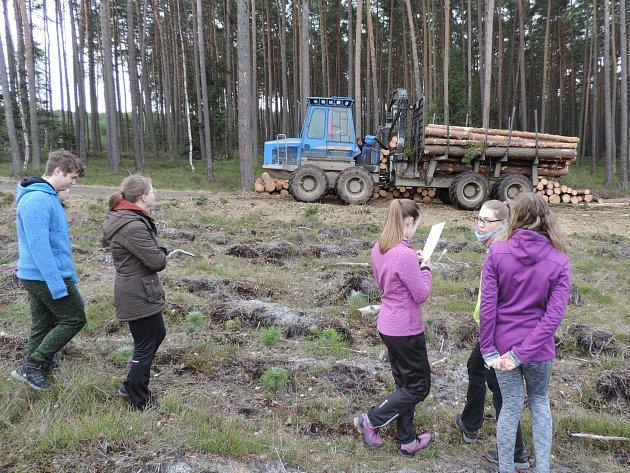Gymnazisté zMimoně vyrazili na speciální kurz do lesů vRalsku.