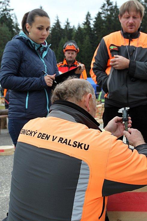 42. Lesnický den na Skelné huti v Ralsku přilákal na 10 000 lidí. Proběhlo i MČR v práci s motorovou pilou.