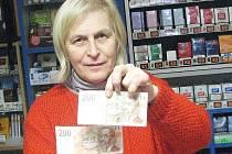 Dvě falešné dvoustovky měla ve své tržbě i Jana Procházka, která vlastní prodejnu tabáku na českolipském Škroupově náměstí. Ta nyní není spokojená s tím, že mladiství odešli od soudu jen s podmínkou.