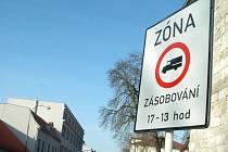 Zóna dopravního omezení zakazuje vjezd zásobování v uvedné době. Strážníci chápou značku opačně