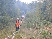 Hasiči se k hořícímu letadlu jen těžko dostávali, od vozidel museli natáhnout hadice téměř půl kilometru.