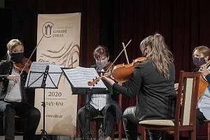 V českolipském Jiráskově divadle odstartoval v pátek Českolipský komorní cyklus. Program nabídl poctu neobyčejné skladatelské a dirigentské osobnosti, Vítězslavě Kaprálové v podání Kapralova Quarteta, ale také ukázkami ze skladatelčiny korespondence.