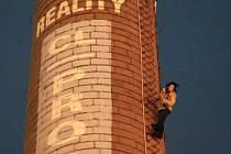 Za tmy pozdě večer se na komíně u Kauflandu odehrálo velké drama. Dívku v bílé bundě hasiči nakonec zachránili.