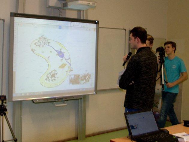 Studenti průmyslovky ukazují svým americkým protějškům mapu ostrova, kterou nakreslil student Lukáš Šesták.