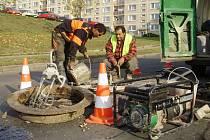 S dopravními komplikacemi se tento týden setkali řidiči také v ulici U nemocnice na sídlišti Špičák, kde dělníci vyměňovali jeden z dvaceti opotřebovaných kanálových poklopů.
