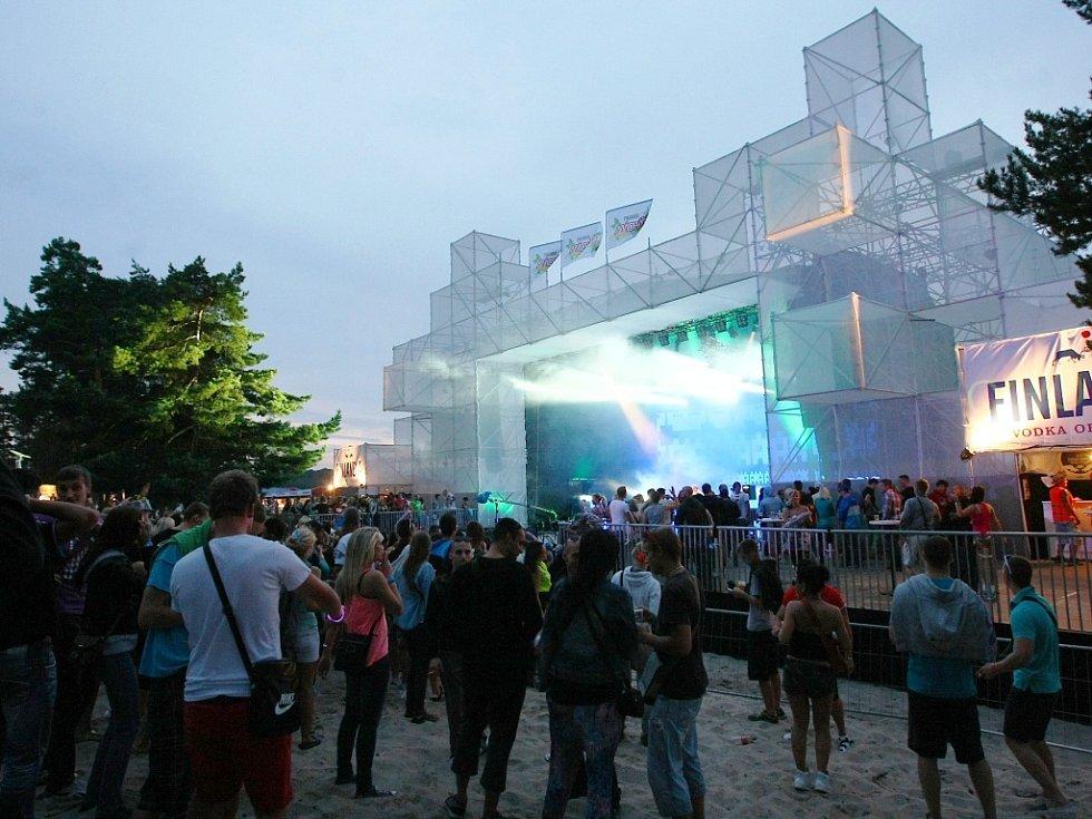 Dvě noci tanečních rytmů má za sebou Máchovo jezero. Dorazilo sem podle odhadů kolem osmi tisíc lidí.
