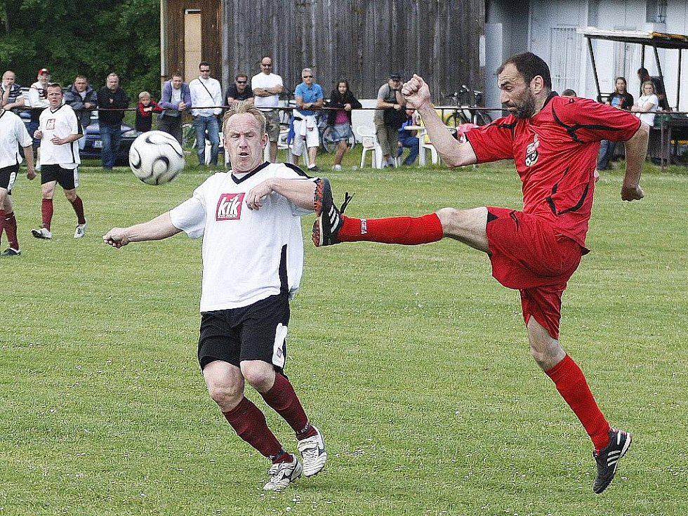 Těsnou výhru vybojoval lídr nejvyšší okresní soutěže  nad Zákupy. Samek odvrací míč do bezpečí před Kaňkovským.