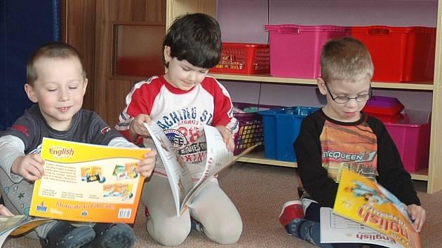 Rodilý mluvčí učí děti ze školky v Kravařích anglicky - Českolipský ... a23f1879a3b