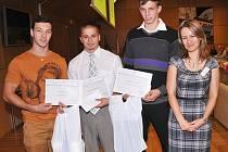 Vítězové soutěže o nejzdatnější mládež a střední školu 2012 s Jiřinou Princovou, vedoucí odboru školství, mládeže, tělovýchovy a sportu KÚ Libereckého kraje.
