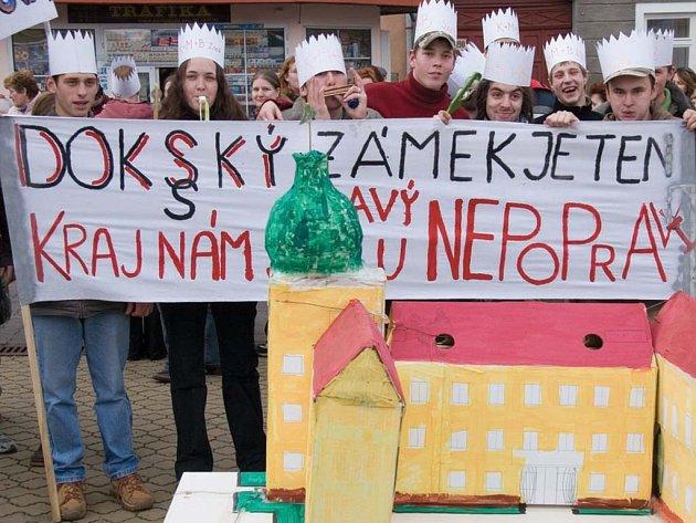 Svou školu hájili studenti dokského zemědělského učiliště na lednové protestní akci. Za zachování se postavilo i město.