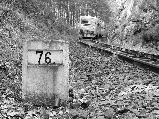 U milníku, který označuje 76. kilometr tratě 087, leží na památku obětí několik starých hřbitovních svíček.
