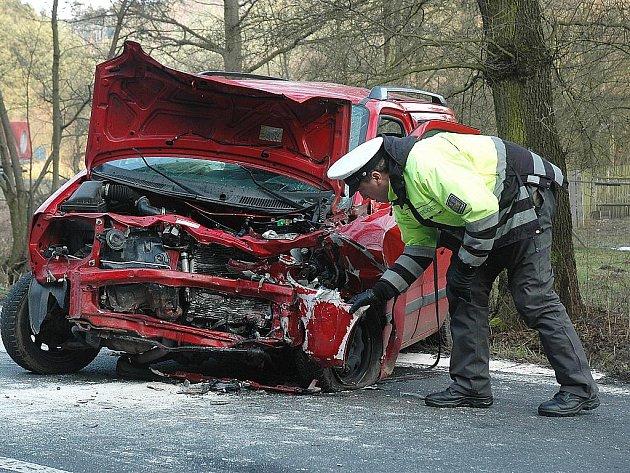 Nehoda u Zakšína v pátek odpoledne zkomplikovala dopravu mezi Mělníkem a Dubou.