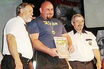 MISTR SVĚTA. Martin Vaško (uprostřed) z novoborského klubu SK  Metalpower získal zlatou medaili.