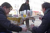 Food not Bombs aneb Jídlo místo zbraní je iniciativa, jejíž dobrovolníci už od roku 1988 pracují v městských parcích, na ulicích a v jídelnách.